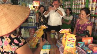 Video «Schweizer Pulver für asiatische Babys» abspielen