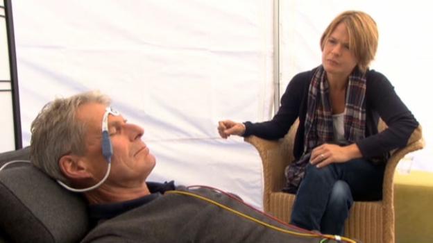 Video «Feldversuch: Dr. Thomas Kissling misst die Körperfunktionen während einer Trance» abspielen