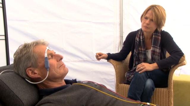 Feldversuch: Dr. Thomas Kissling misst die Körperfunktionen während einer Trance