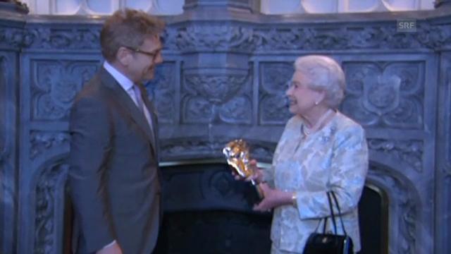 Queen als Bond-Girl geehrt (unkomm. Video)