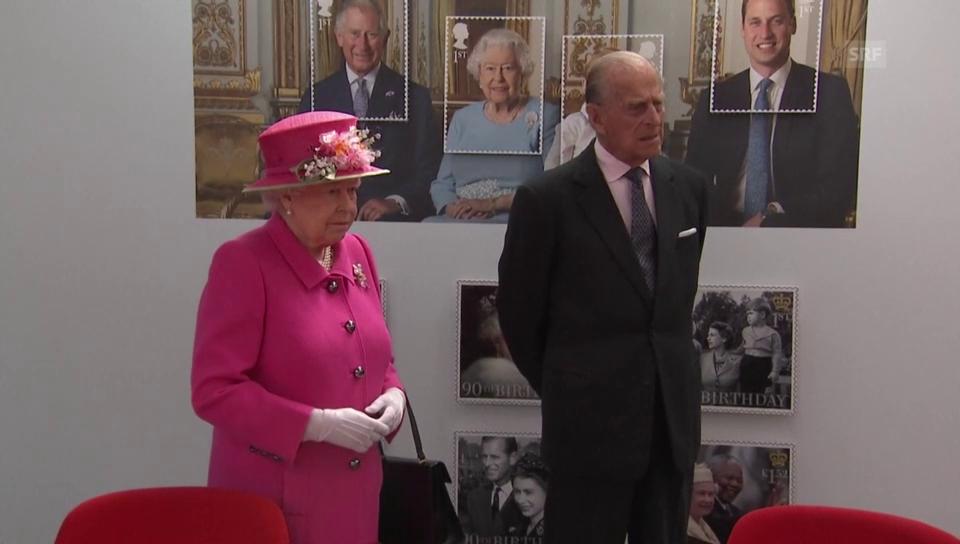 Die Queen sieht sich höchstpersönlich die Ehrenbriefmarke an