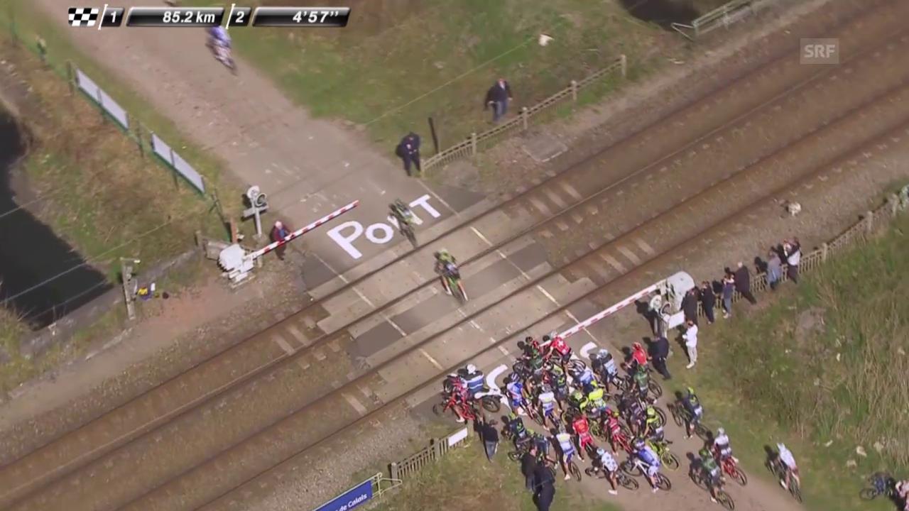 Rad: Paris - Roubaix, Bahnschranke teilt das Feld