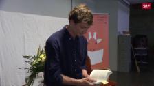 Link öffnet eine Lightbox. Video Iouri Podladtchikov liest Schülern vor abspielen