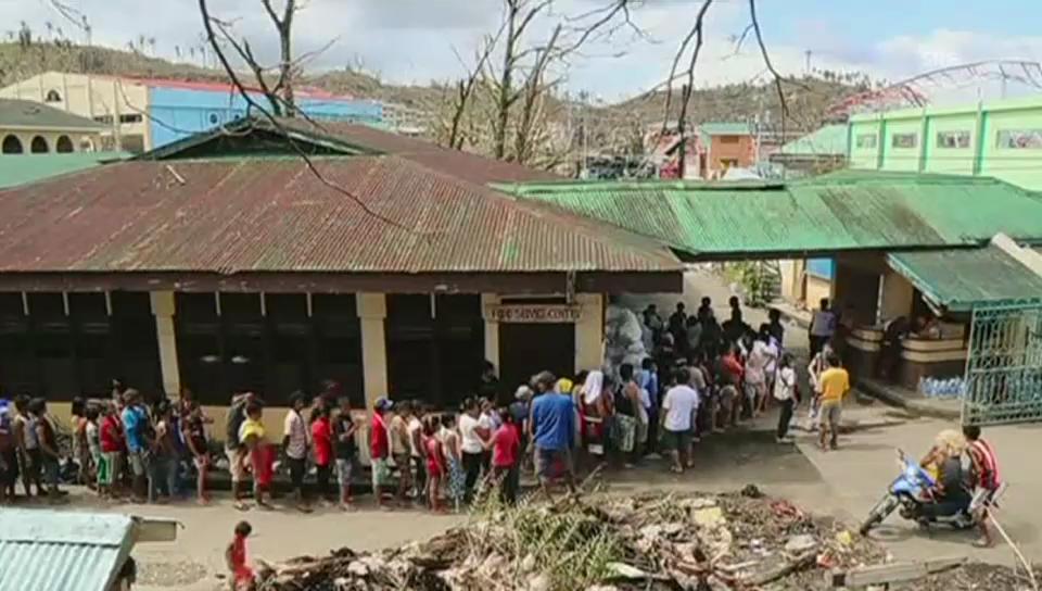 Verteilung von Essen in Tacloban