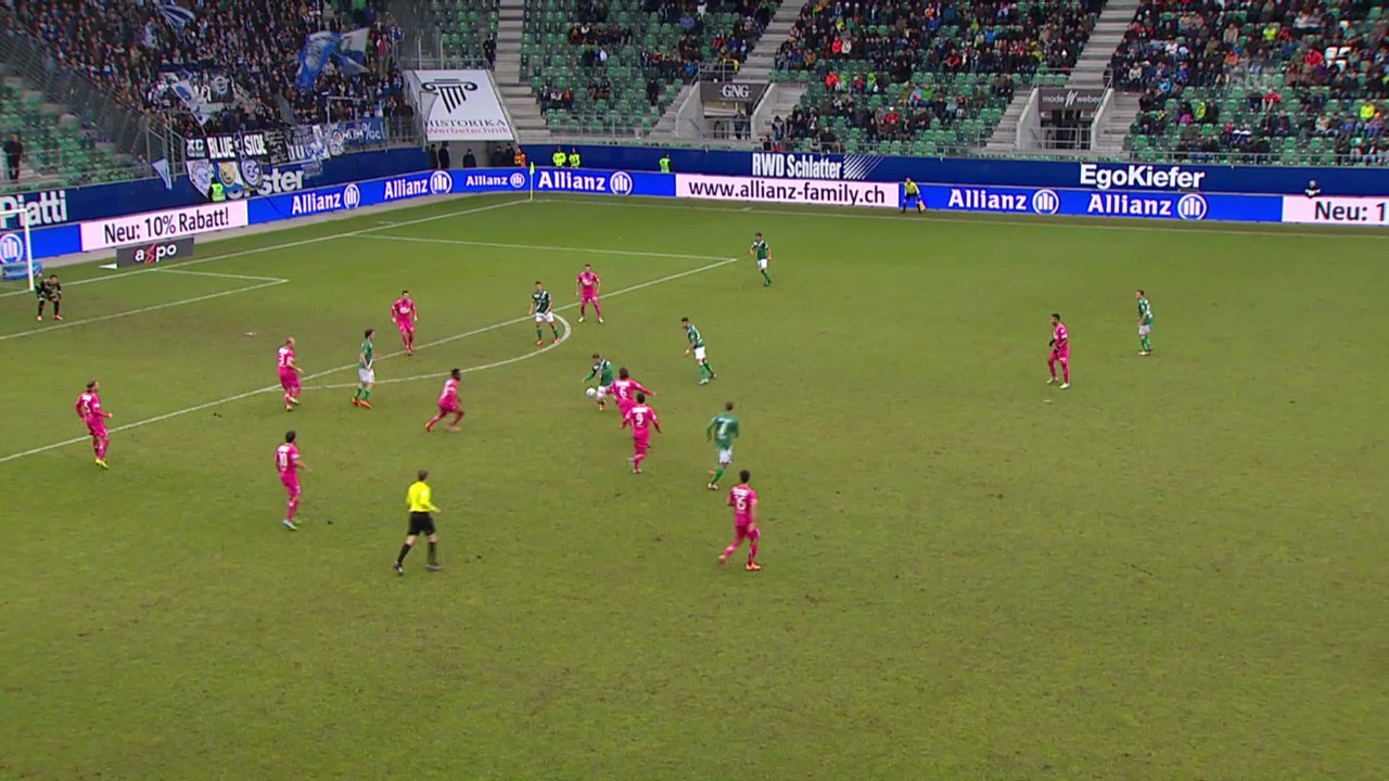 Fussball: Super-League, St. Gallen - GC, Zusammenstoss Roman Bürki mit Kristian Nushi