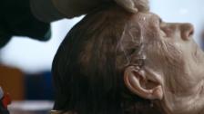Video «Eine Verstorbene wird zurechtgemacht (Ausschnitt aus «Vollenden»)» abspielen