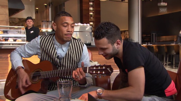 Video «Fussball: Super League, Guillaume Hoarau und Renato Steffen singen John Legends Ballade «All of Me»» abspielen