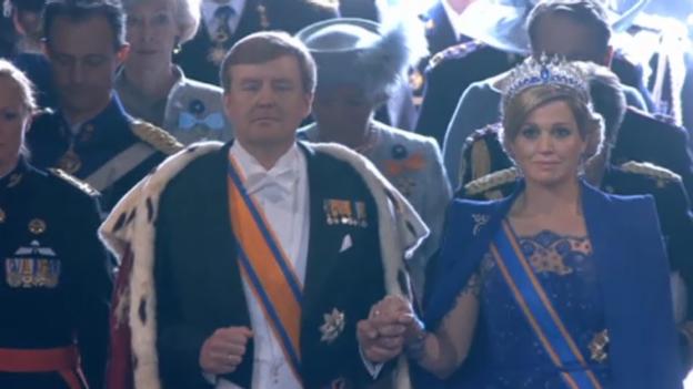 Video «Das Königspaar läuft in die Kirche ein» abspielen
