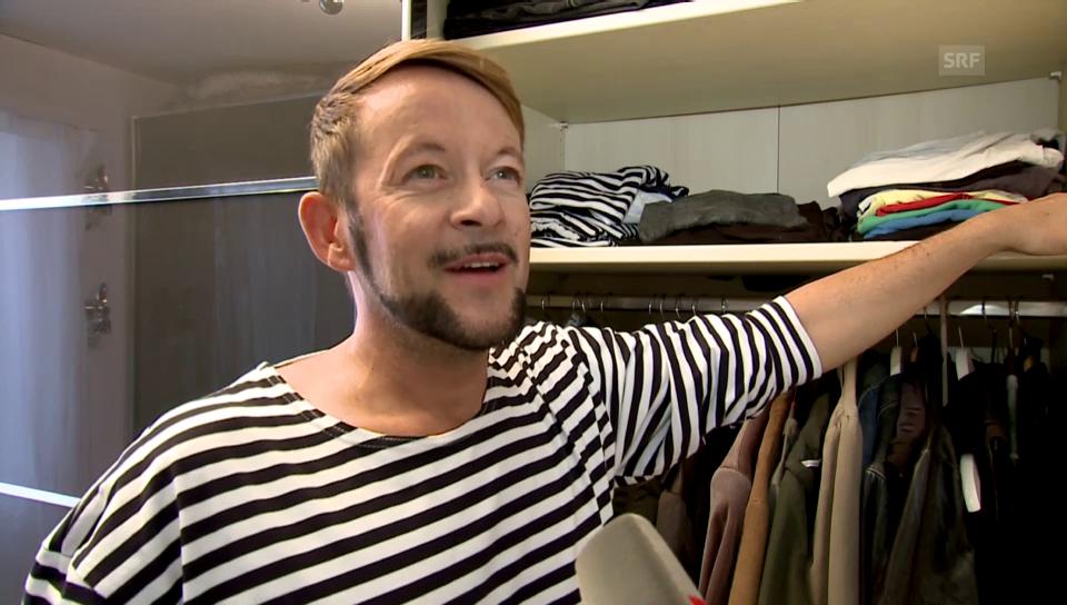 Michael von der Heide öffnet seinen Kleiderschrank