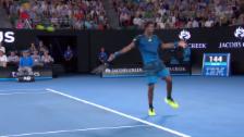 Video «So überrascht man Nadal: Monfils' No-Look-Stopp-Ball» abspielen
