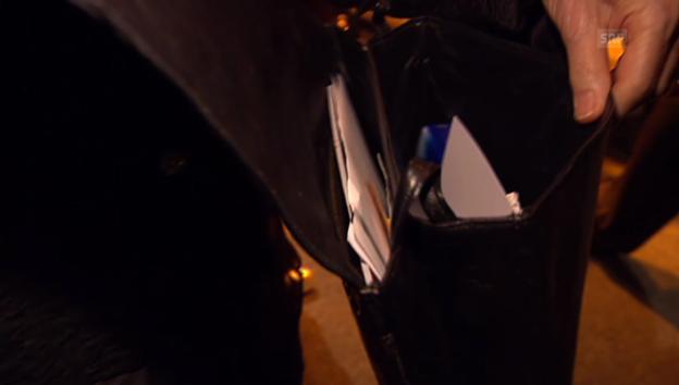Video «Elisabeth Kopp öffnet ihre Handtasche» abspielen