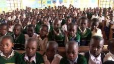 Link öffnet eine Lightbox. Video Jackline Mnyau kann den Schülern mehr bieten abspielen