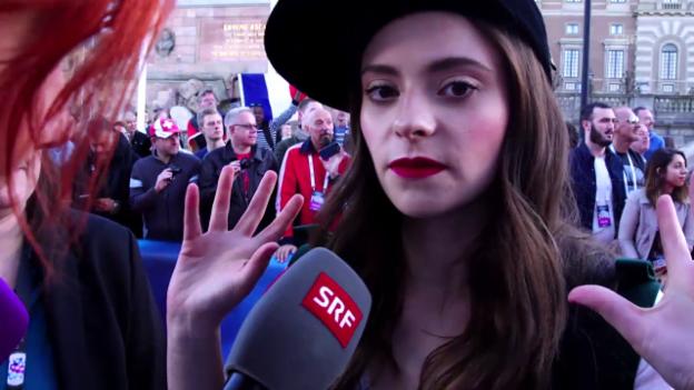 Video «Weshalb macht man beim ESC mit? - Rosanna fragt am Roten Teppich» abspielen