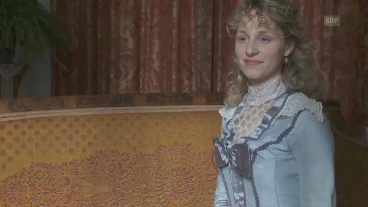 Lydia Escher im Interview, gespielt von Helena Daehler