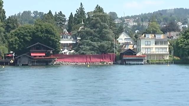 Die Villa von Tina Turner mit rotem Sichtschutz kurz vor der Hochzeit