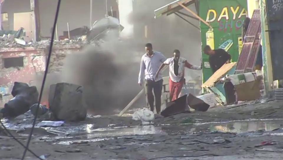 Gäste und Anwohner fliehen vor den Explosionen (unkomm.)