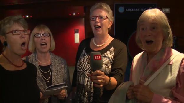 Video «Fans des Lucerne Festivals singen «Es Burebüebli»» abspielen