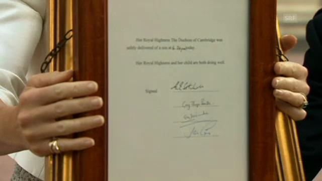Die Mitteilung zur Geburt vor dem Buckingham Palast