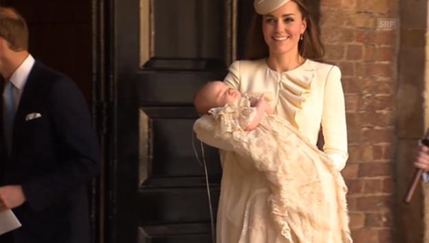 Video «Kate verlässt mit Baby George die Kapelle» abspielen
