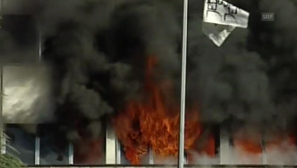 Regierungsgebäude steht in Flammen