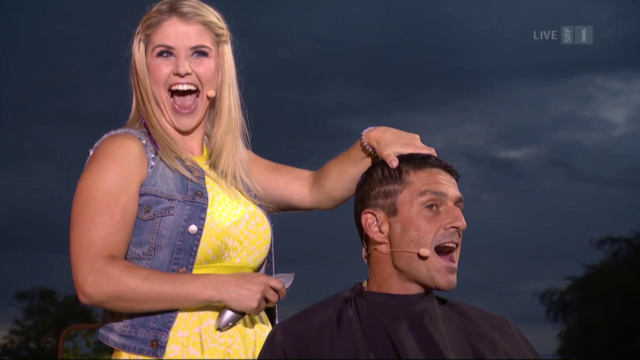 Beatrice Egli schneidet Roman die Haare
