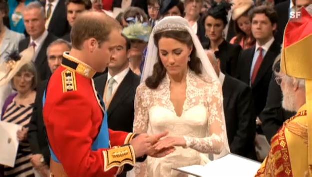 Video «Prinz William streift seiner Kate den Ring über (unkommentiert)» abspielen