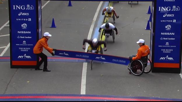 Video «Schlussphase des Rollstuhl-Rennens der Männer» abspielen