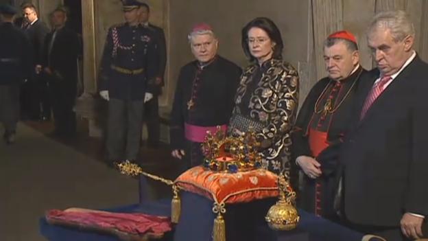 Video «Miloš Zeman torkelt bei einem Festakt (z.T. tschechisch)» abspielen