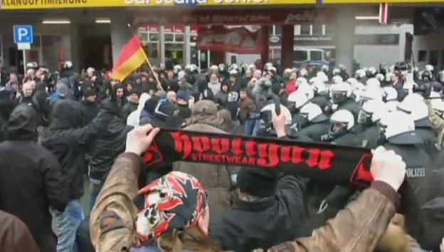 Video «Zusammenstösse in Wuppertal an Pegida-Demo (unkomm.)» abspielen