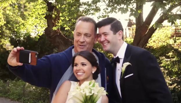 Video «Tom Hanks platzt ins Hochzeits-Fotoshooting» abspielen