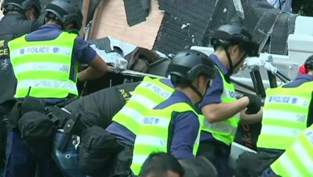 Video «Polizei in Hongkong entfernt Barrikaden» abspielen
