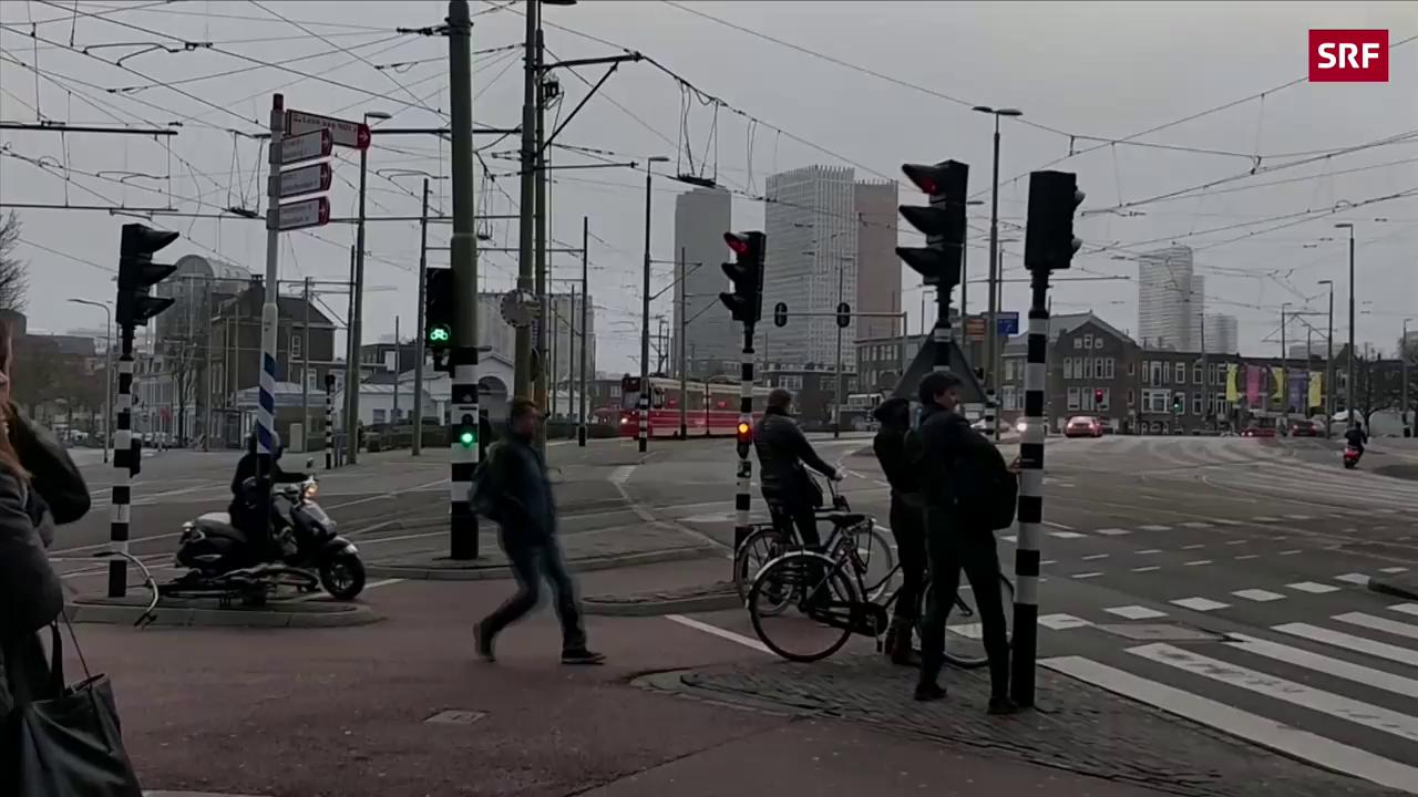 Passanten in Holland kämpfen gegen den Sturm