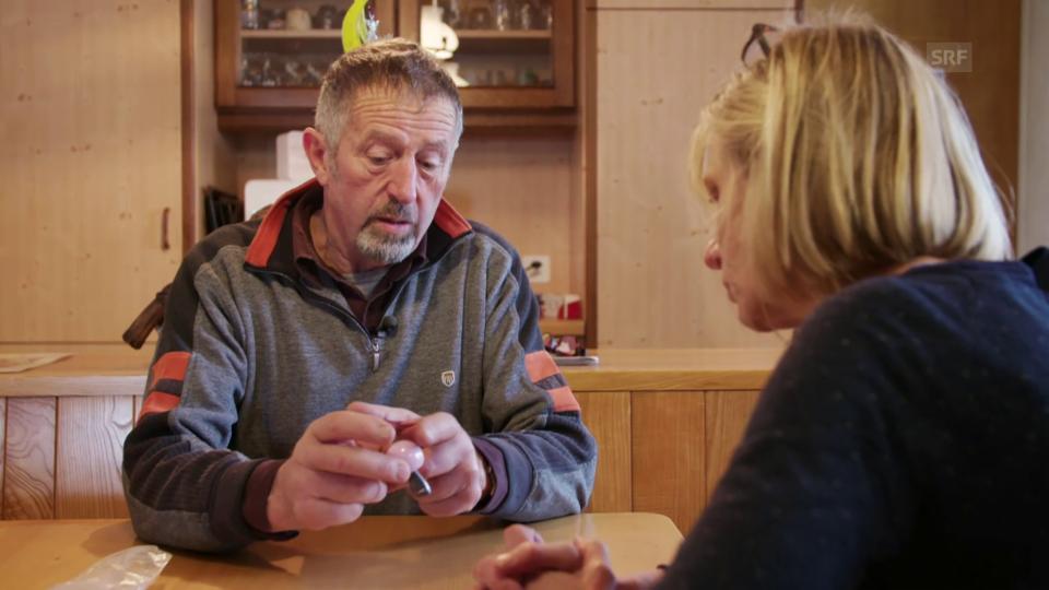 Otto Oppliger zeigt das zerbrochene Implantat, das ihn fünf Tage lang gequält hat.