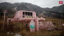 Link öffnet eine Lightbox. Video 100 Kilometer von Pyeongchang steht ein Geister-Ski-Resort abspielen