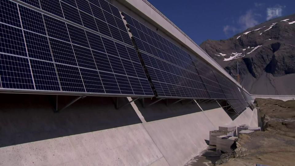 An der Staumauer des Muttsees liefern 5000 Fotovoltaik-Panels Strom