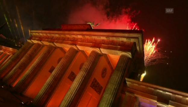 Video «Ballone und Feuerwerk am Brandenburger Tor» abspielen