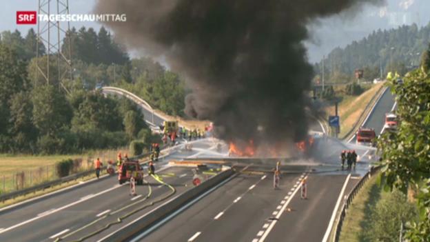 Video «LKW brennt auf der A13» abspielen