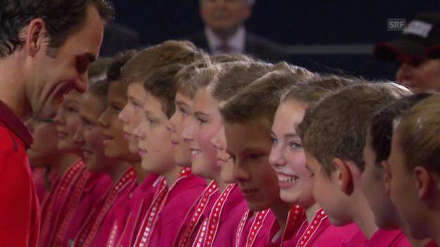 Video «Tennis: Swiss Indoors, Federer ehrt die Ballkinder» abspielen