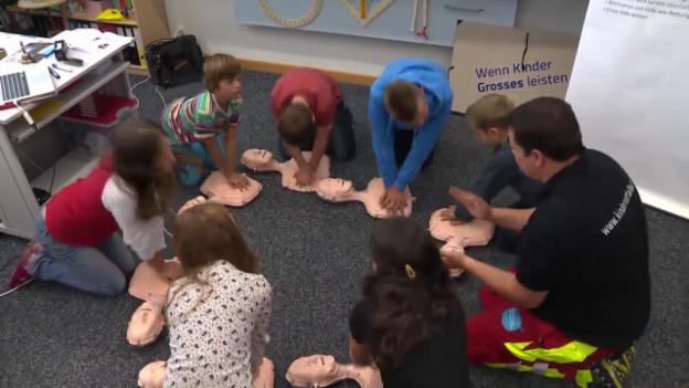 Video «Frühe Erste Hilfe – Primarschüler lernen Leben retten» abspielen
