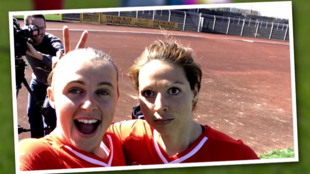 Video «Fussball: Frauen WM 2015, Porträts Vanessa Bernauer und Noelle Maritz» abspielen