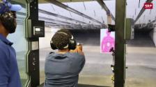 Link öffnet eine Lightbox. Video Chicagos Frauen lernen schiessen abspielen