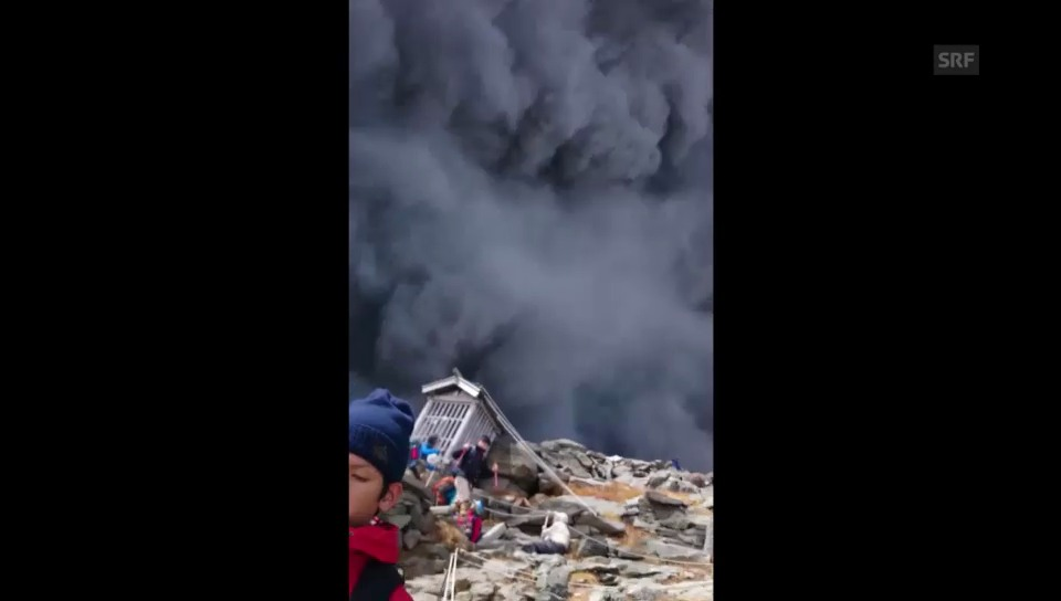 Amateurfilmer in der Vulkanasche
