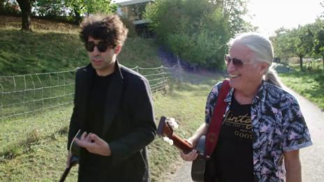 Link öffnet eine Lightbox. Video Songmates Toni Vescoli und Noah Veraguth abspielen