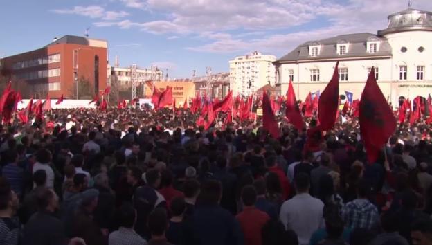 Video «Aufstand in Kosovo: Schweizer in den vordersten Reihen» abspielen