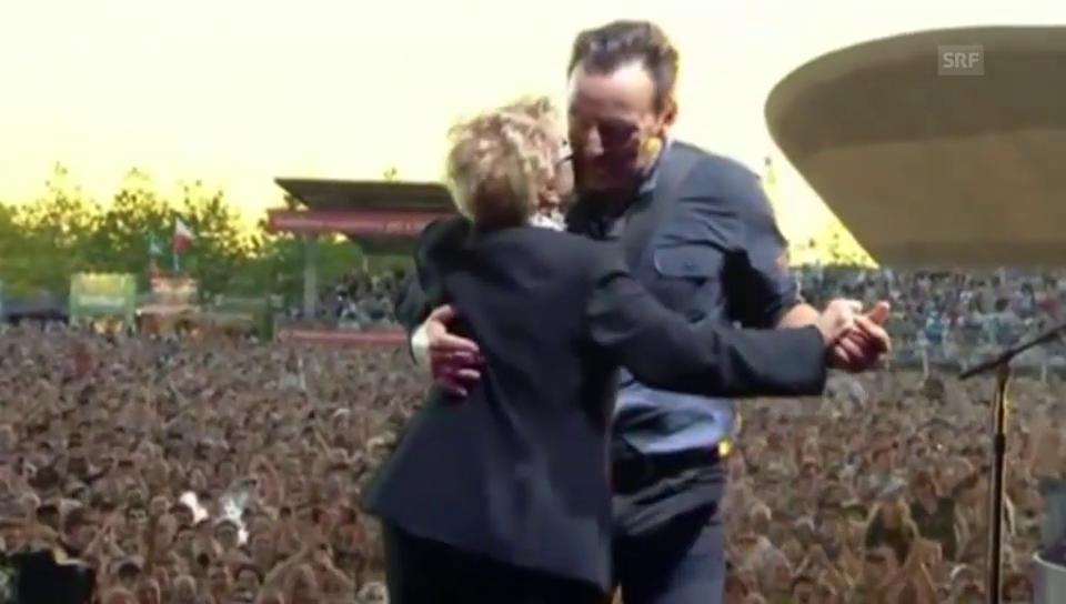 Bruce Springsteen mit seiner Mutter bei einem Konzert 2013