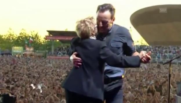 Video «Bruce Springsteen mit seiner Mutter bei einem Konzert 2013» abspielen