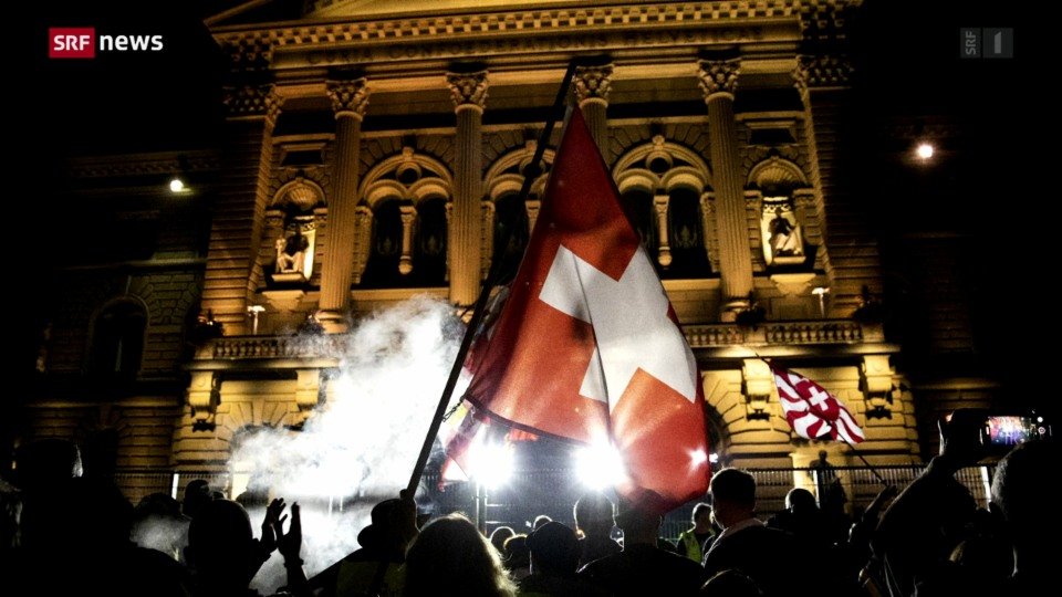 Polizia ha duvrà squittas d'aua encunter demonstrants a Berna