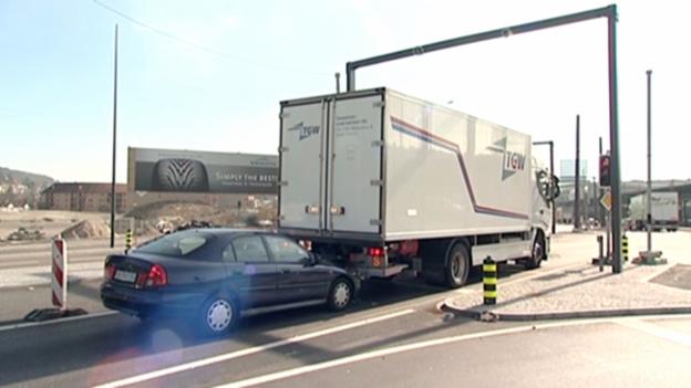 Video «Lebensgefährliche Lastwagen: Ungenügender Auffahrschutz» abspielen