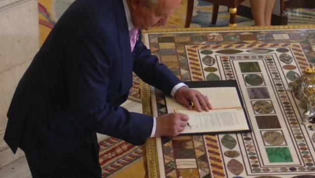 Video «Machtübergabe: Juan Carlos unterschreibt Abdankung» abspielen