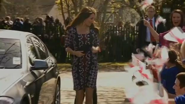 Video «Herzogin Catherine besucht eine Schule (23.04.2013)» abspielen